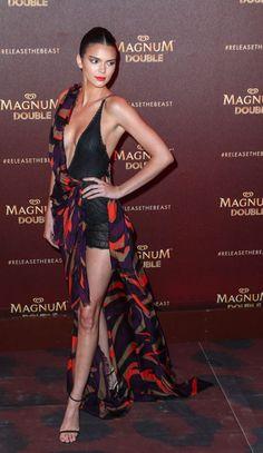 Kendall Jenner tlie v braless Versace šaty na Magnum Cannes strany
