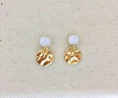 """Gold stud earrings with hammered sequins and faceted white pearls in bohemian glass, gold plated, """"Les petits martelées"""" - earrings 2019 Golden Earrings, Pearl Earrings, Gold Studs, Plaque, Modern Jewelry, Pearl White, Jewelery, Plating, Sequins"""