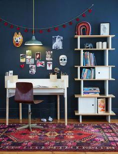 Un bureau blanc et son étagère verticale assortie en contreplaqué de bouleau. Le tout mis en valeur dans une ambiance personnalisée