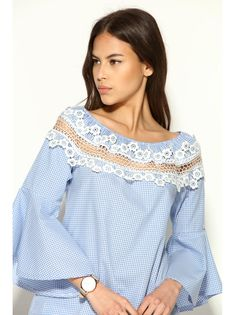 This blouse of gingham OR checked will provide you with a romantic air with a bit of sensuality. Blouse of elastic boatneck in Casual Dresses, Casual Outfits, Cute Outfits, Blouse Styles, Blouse Designs, Romantic Outfit, Lace Tops, Fashion Details, Hijab Fashion