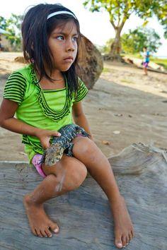 Furchtlos: Ein Mädchen aus Puerto Alegria, Peru, hält einen Kaiman in der Hand. Die Tiere leben in Sümpfen, Flüssen und Teichen, hauptsächlich im Regenwald.