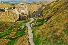 Immerse yourself in history, myths and stunning scenery at Tintagel Castle, a place inextricably linked with the legend of King Arthur. Beautiful Ruins, Beautiful Sites, Beautiful Places To Visit, Days Out With Kids, Family Days Out, Carisbrooke Castle, Warkworth Castle, Dover Castle, English Heritage