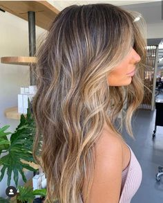 TEXTURE via Forever obsessing over this colour Styled using and Brown Hair Balayage, Brown Blonde Hair, Brunette Hair, Hair Highlights, Baylage Brunette, Medium Blonde, Color Highlights, Hair Medium, Look Girl