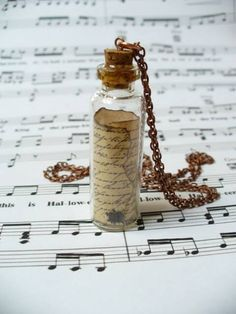 Schöne Geschenkidee: Flaschenpostkette für die Liebsten  Eine kleine Flasche mit einem kleinen Haken an eine Kette befestigen (Haken in den Korken bohren) & die Flasche mit einer kleinen Nachricht, einer kleinen Erinnerung usw. füllen