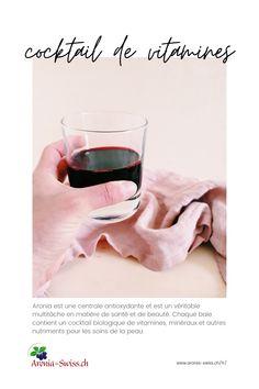 1 dl de jus d'aronia par jour fournit à votre corps d'importantes vitamines et minéraux. La teneur élevée en antioxydants protège les cellules des substances nocives et nous maintient en bonne santé et jeunes. Le jus d'aronia a l'avantage que les substances vitales qu'il contient atteignent le sang, et donc vos cellules, beaucoup plus rapidement que lors de la consommation des baies. Un verre de jus d'aronia couvre 40% des besoins quotidiens en vitamine C! Smoothie, Alcoholic Drinks, Cocktails, Biologique, Red Wine, Sang, Glass, Vitamin E, Health Remedies