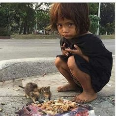 ittle girl shares her food with stray kitten. This is lovely but heartbreaking at the same time. Save The Children, Poor Children, Precious Children, Beautiful Children, Kids Around The World, Around The Worlds, Mundo Cruel, Les Innocents, Baby Pictures