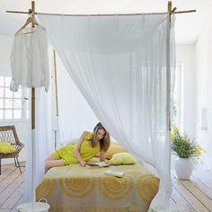 Un ciel de lit en coton blanc et bambous / déco récup
