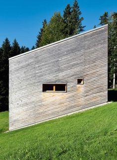 Die Eingangsseite mit den schmalen Fenstern steht gerade und verlässlich   Benedikt Bosch ©nam architekturfotografie
