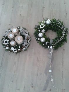 wreaths with white stars Wooden Christmas Crafts, Christmas Decorations, Advent Wreath, Christmas Wonderland, Christmas Mood, Holiday Wreaths, Christmas Inspiration, Creations, Door Wreath