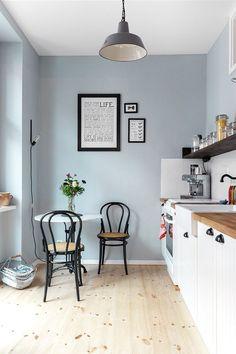 Helle Farben, weiße und schwarze Akzente - in Kathys Wohnung kommt ihre Vorliebefür den skandinavischen Stil zum Tragen. Foto: Zoe Noble Photography. Styling: @kathykunz25