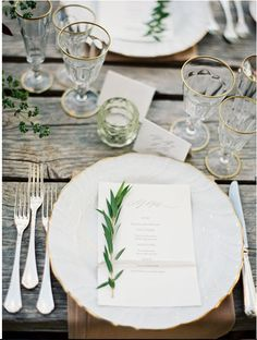 Simplicity is often the best option! Beautiful table setting.  LOVE the raw wood element.  Tips conventional on it's ass!