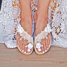 Χειροποίητα νυφικά σανδάλια με λευκή δαντέλα και χειροποίητα λευκά suede τριαντάφυλλα Leather Sandals, Flip Flops, Bride, Shoes, Women, Fashion, Wedding Bride, Moda, Zapatos