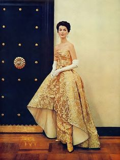 Vintage Fashion Glimmeringly gorgeous in an evening gown of rich gold partnered with classic white opera length gloves. Vintage Outfits, Vintage Dresses 1960s, 1950s Style, Evening Attire, Evening Dresses, Dress Attire, Vintage Mode, Vintage Glam, Vintage Beauty