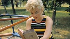 """beauvelvet: """" """"Marilyn Monroe reading Ulysses by James Joyce. Photographed in 1955 by Eve Arnold. """" She kept 'Ulysses' in her car and had been reading it for a long time. She said she loved the sound of it and would read it aloud to herself to try to. Marylin Monroe, Fotos Marilyn Monroe, James Joyce, People Reading, Woman Reading, Divas, Photos Rares, Annie Leibovitz, Norma Jeane"""