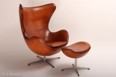 Egg Chair and its ottoman designed by Jacobsen, edited by Fritz Hansen in 1958