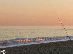 Mare al tramonto con canna da pesca