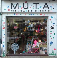 muta-tienda-diseno Shop Interior Design, Store Design, Beauty Salon Interior, Art Corner, Store Windows, We Are The World, Shop Front Design, Shop Window Displays, Kids Store