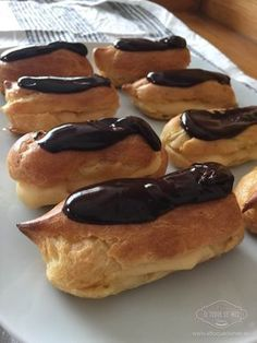 Epic Vanilla and Chocolate Eclairs recipe - Cooking Recipes Chocolate Eclair Recipe, Chocolate Eclairs, Sweet Recipes, Cake Recipes, Delicious Desserts, Yummy Food, Peruvian Recipes, Pan Dulce, Cake Servings