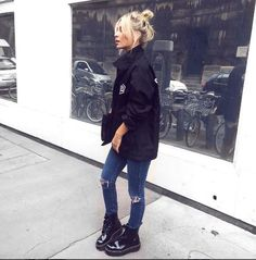 Si estáis pensando en comprarzapatos, porque como sabemos, la tentación siempre está ahí, aquí os dejo inspiración para que decidáis qué tipo de calzado es el que más os conviene en este momento otoñal. La revelación del otoño han sido las botas altas, super-altas podemos decir. No son aptas para todos los públicos ni todas ...