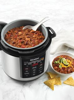 Make this hearty two-meat chili recipe in your RICARDO electric pressure cooker or Instant Pot. No Meat Chili Recipe, Chili Recipes, Sauce Pour Porc, Ricardo Recipe, Electric Pressure Cooker, Fish Curry, No Cook Meals, Cooker Recipes, Crockpot Recipes