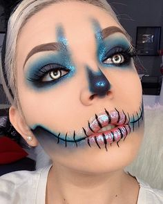 Are you looking for ideas for your Halloween make-up? Browse around this website for creepy Halloween makeup looks. Halloween Zombie Makeup, Halloween Look, Halloween Costumes, Halloween Makeup Tutorials, Simple Halloween Makeup, Cute Clown Costume, Halloween College, Pretty Halloween, Group Halloween