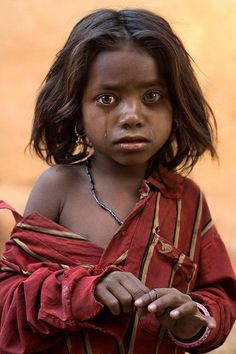 Her eyes speaks volumes. Children of the world ~ Jaipur, India. Picture by Mitchell Kanashkevich Kids Around The World, People Around The World, Around The Worlds, Precious Children, Beautiful Children, Beautiful People, Little People, Belle Photo, Children Photography