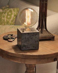 Concrete cube desk lamp - Edison Lamp door ConcreteShopWest op Etsy https://www.etsy.com/nl/listing/222714122/concrete-cube-desk-lamp-edison-lamp