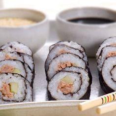 Receita de Sushi de Atum - 2 unidades de nori, 2 xícaras (chá) de arroz, 1 lata de atum sólido ao natural light, 1/2 unidade de pepino japonês
