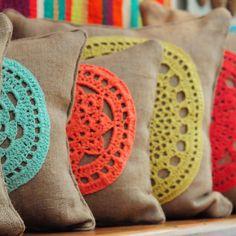 Almohadones realizados con yute y círculos tejidos a mano en hilo de algodón. Tienda de Costumbres. Buenos Aires - Argentina #tiendadecostumbres #yute #hechoamano #crochet