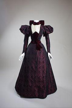 ephemeral-elegance: Velvet Trimmed Afternoon Dress, ca. via San Diego History Center 1890s Fashion, Edwardian Fashion, Vintage Fashion, Fashion Goth, Steampunk Fashion, Dress Fashion, Style Édouardien, Looks Style, Antique Clothing