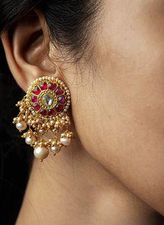 Ear Cuff Jewelry, Indian Jewelry Earrings, Indian Jewelry Sets, Jewelry Design Earrings, Gold Earrings Designs, Gold Jewellery Design, Wedding Jewelry, Gold Jewelry, Beaded Jewelry