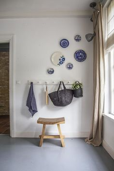 10 Practical Tips for Hanging Plates on the Wall - Unique Balcony Garden Decoration and Easy DIY Ideas Dining Room Walls, Living Room Kitchen, Home Living Room, Living Room Decor, Plate Wall Decor, Plates On Wall, Hanging Plates, Bedroom Wall, Wall Design