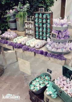 www.kamalion.com.mx - Mesa de Dulces / Candy Bar / Postres / Menta & Morado / Mint & Purple / Rustic Decor / Dulces / Vintage / Madera / Lecheros / Maletas / Reloj / Garland / Clock / Big ballon / Algodon de azucar / Cotton candy Wedding / Donuts / Donas / Donut decor.