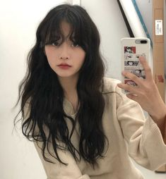 korean hairstyle Black wavy hair with messy bangs Hairstyles With Bangs, Pretty Hairstyles, Korean Hairstyle Bangs, Ulzzang Hairstyle, Korean Haircut Long, Ulzzang Short Hair, Tomboy Hairstyles, Hairstyle Ideas, Headband Hairstyles