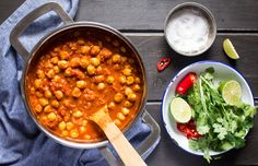Chana masala to pyszne indyjskie curry z cieciorką w pikantnym sosie pomidorowym. Jest proste, szybkie i tanie do zrobienia, świetne na lunch lub ciepłą obiado-kolację.