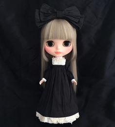 こんにちは。 クリスマスは終わってしまいましたが、去年のサロンのクリスマス会でのDaisy-D HIROKOさまの黒いドレスです。洗いをかけたシルクタフタの素材感が素敵ですね💕 この子(はるかさんです)の正面ダークグレーは少し苦手でしたが、このドレスにはぴったりでした✨ #blythe #ブライス #customblythe #カスタムブライス #hiroko_daisy