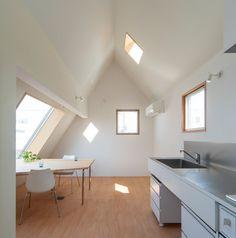 【明るく開放的】大きな斜めの窓があるダイニング | 住宅デザイン