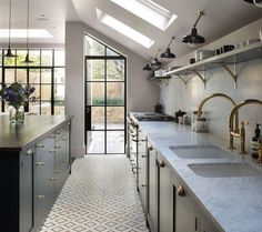 48 Inspiring Mid Century Kitchen Remodel Ideas Home decorating is easier than you may think and the kitchen is the most popular room to start with. New Kitchen, Kitchen Interior, Kitchen Decor, Glass Kitchen, Design Kitchen, Kitchen Storage, Floor Design, Home Design, Design Ideas