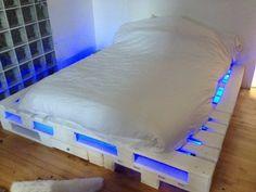 Bett aus Paletten mit LED-Beleuchtung in blau