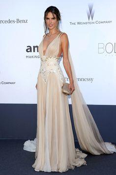 Todos los vestidos sobre la alfombra roja de la gala amfAR en Cannes 2013. Alessandra Ambrosio lució un vestido de Zuhair Murad muy vaporoso.