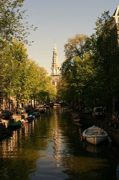 Caminando por Amsterdam tomé esta imagen del canal Groenburgwal y al fondo el Zuiderkerk (tempo del sur) que es un templo protestante que data de 1611.