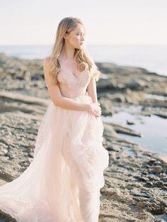 Romantic seaside bridal inspiration | Photo by Carmen Santorelli Photography | Read more -  http://www.100layercake.com/blog/wp-content/uploads/2015/04/romantic-seaside-bridal-inspiration
