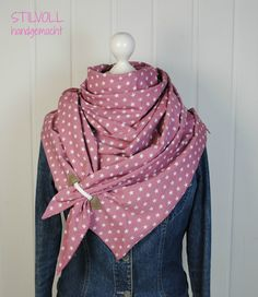 Great large triangular scarf made of high quality cotton.- Great large triangular scarf made of high quality cotton. Voluminous, nice and light and still warm. Delicate rose with white stars on the front combined with white dots on … - Mens Knitted Scarf, Scarf Knit, Next Jeans, Diy Mode, Fall Fashion Trends, Knitting Socks, Free Sewing, Sewing Clothes, Pattern Fashion