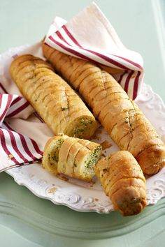 Knoffelbrood | SARIE | Garlic bread Kos, Braai Recipes, Cooking Recipes, South African Recipes, Food Inspiration, Dessert Recipes, Desserts, Food Porn, Food And Drink