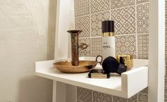 Muotopuoli: pieni vessaprojekti Hana, Floating Nightstand, Wine Rack, Bathroom, Decor, Floating Headboard, Washroom, Decoration, Full Bath