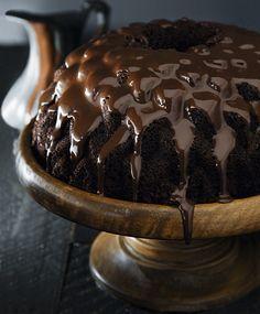 Bolo negro de chocolate com calda (Foto: Rogério Voltan / Editora Globo)
