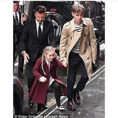 Romeo and Harper were joined by dad David at New York venue Balthazar during New York Fashion Week. Love the Burberry Outfits! See more Harper Beckham Celebrity Style David And Victoria Beckham, Victoria Beckham Style, David Beckham Style, David Beckham Kids, Bandana Hairstyles For Long Hair, The Beckham Family, Harper Beckham, Celebrity Kids, Celebrity Style