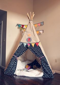 I can't imagine anything cooler than a teepee in the corner of a kids room! I've heard you can use simple wooden garden stakes & fabric for an easy DIY teepee. Kids and dogs Love It! Tipi Diy, Diy Kids Teepee, Child Teepee, Diy Teepee Tent, Pvc Tent, Childrens Teepee, Play Teepee, Play Tents, Diy For Kids
