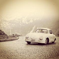 Magnifique Porsche 356 Gmünd sur les beaux pavés des Alpes ...