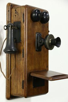 Telephone Vintage, Vintage Phones, Antique Phone, Old Crates, Old Phone, Old Wall, How To Antique Wood, Vintage Walls, Wine Rack